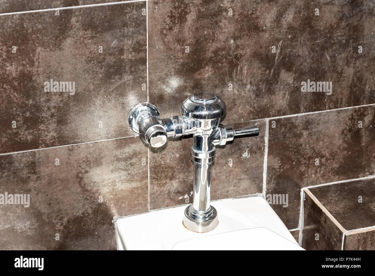 Modernes, sauberes Weiß wc in Toilette mit Nahaufnahme des Metall ...