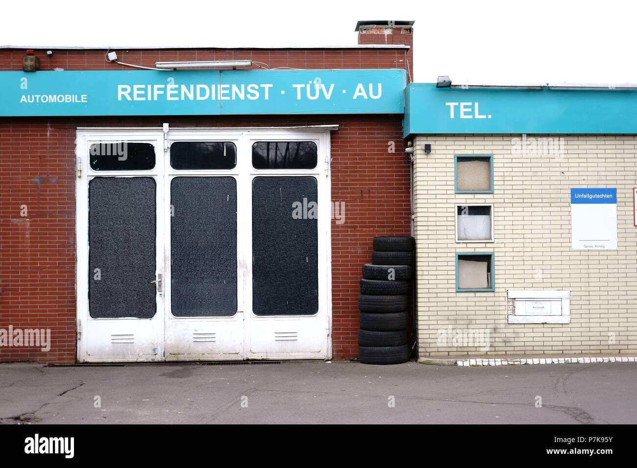 Eine Garage Aus Backstein Und Klinker Mit Abgenutzten Reifen Mantel