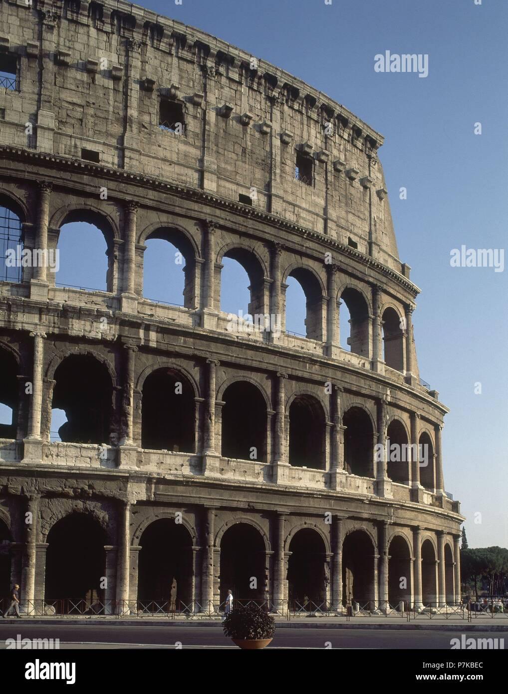 Exterior Del Coliseo Romano Construido En El Siglo I Fachada