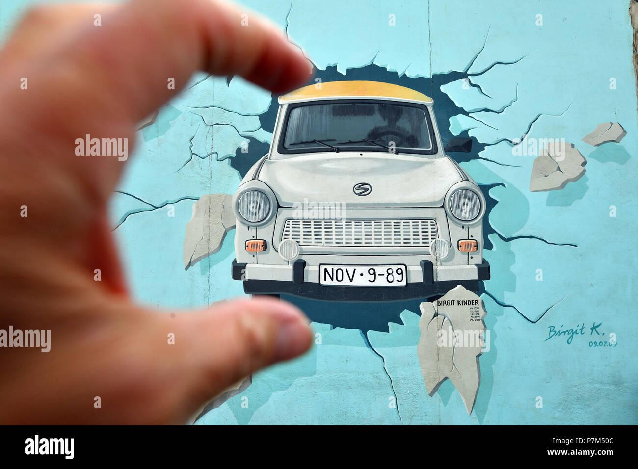 Deutschland, Berlin, Friedrichshain-Kreuzberg, East Side Gallery, The Wall, arbeiten von Birgit Kinder aus den 1990 renoviert in 2009 für einen Trabant in Ost-Berlin, unter dem Titel Test am besten ankommen Stockbild