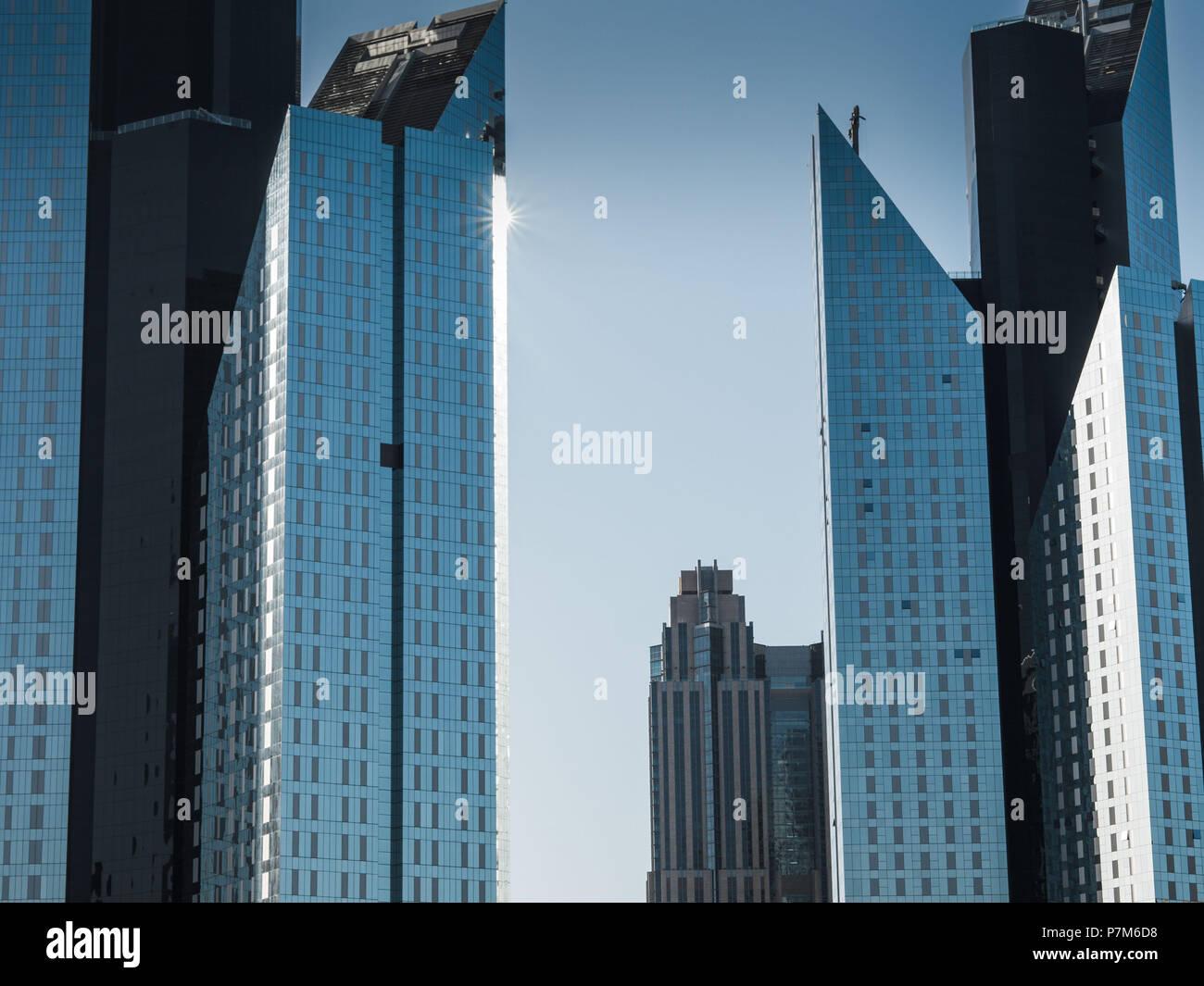 Detail Aufnahme der moderne, futuristische Architektur Fassade mit Sonnenlicht, Dubai, Vereinigte Arabische Emirate Stockbild