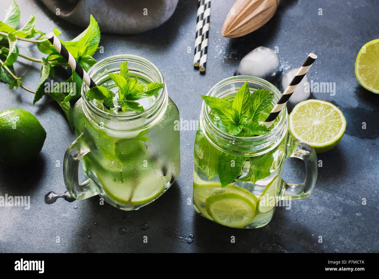 Mojito Cocktail in Mason jar mit Garnierung auf Schwarz. Close Up. Stockfoto