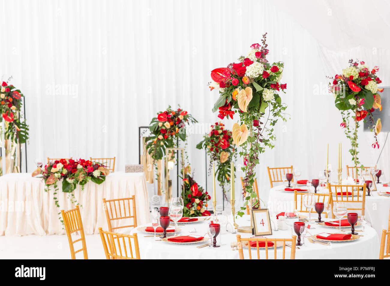 Schonen Bankettsaal Unter Einem Zelt Fur Eine Hochzeit Innenraum Einer Hochzeit Zelt Dekoration Bereit Fur Die Gaste Dekor Blumen Red Theme Stockfotografie Alamy