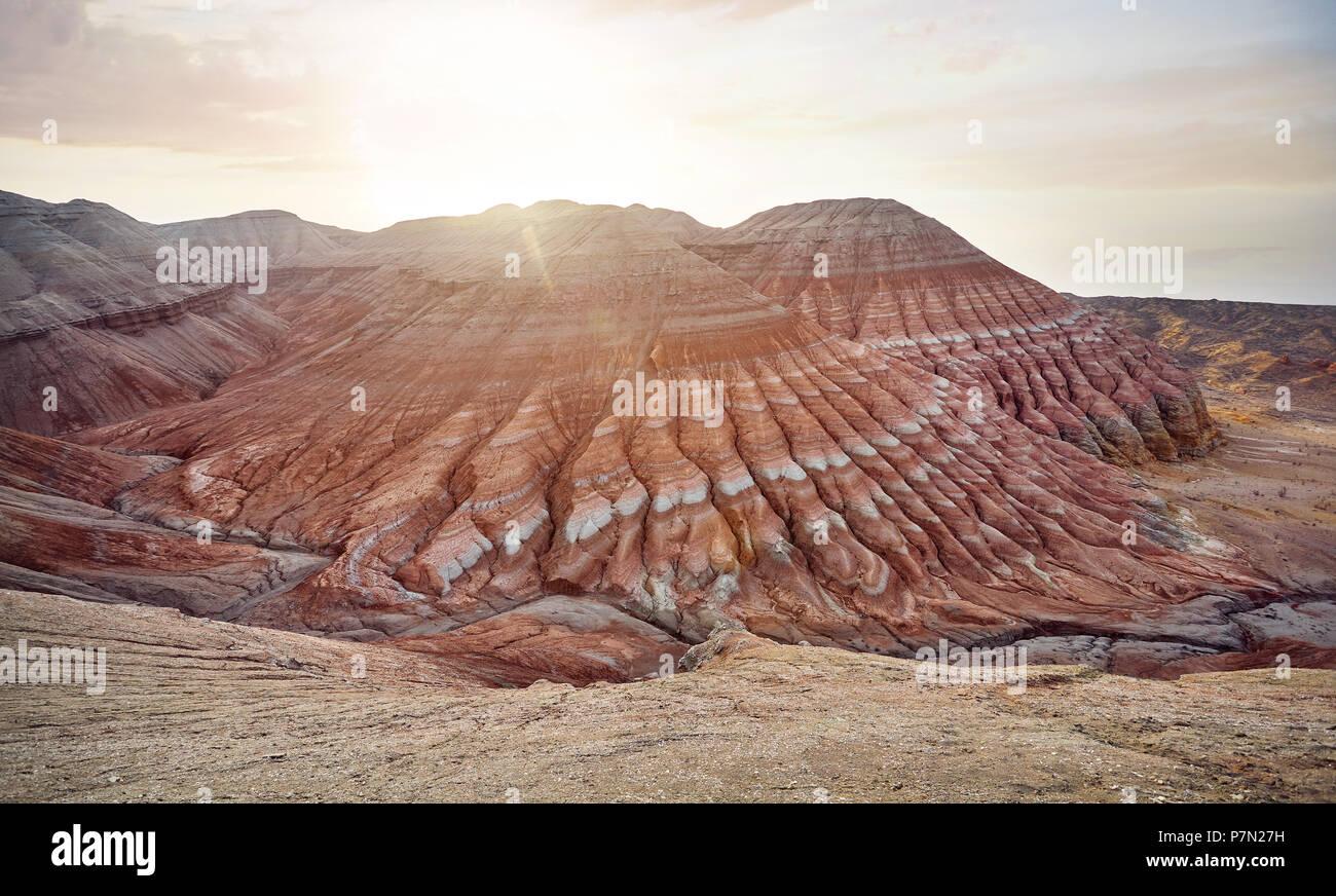 Luftaufnahme von rot gestreiften Berge Pyramidenform bei Sonnenaufgang in der Wüste park Altyn Emel in Kasachstan Stockbild