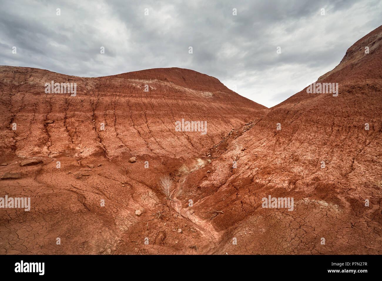 Rot gestreifte Berge bei bedecktem Himmel im Desert Park Altyn Emel in Kasachstan Stockbild