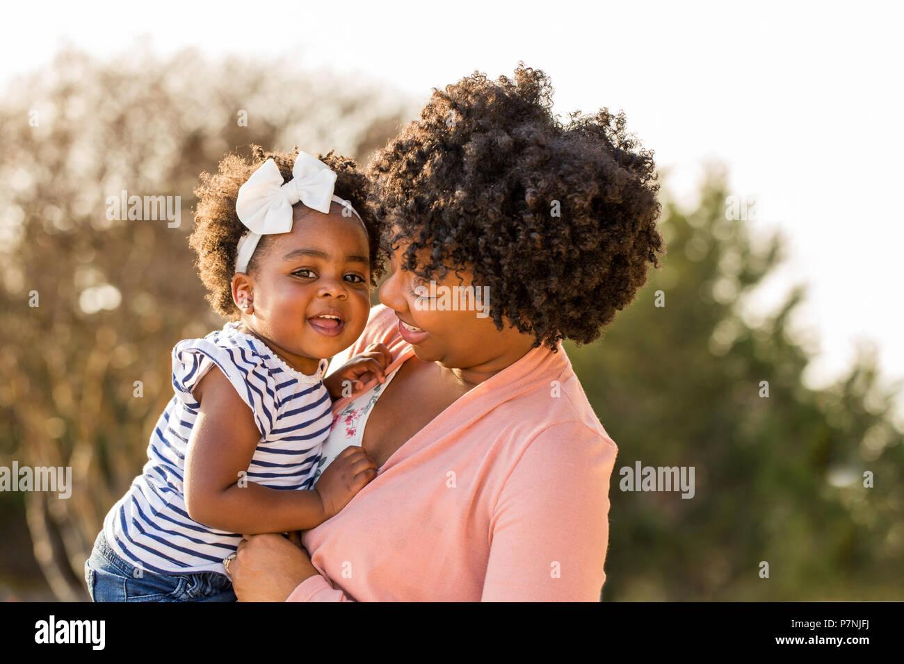 Afrikanische amerikanische Mutter ihre Tochter Holding. Stockfoto