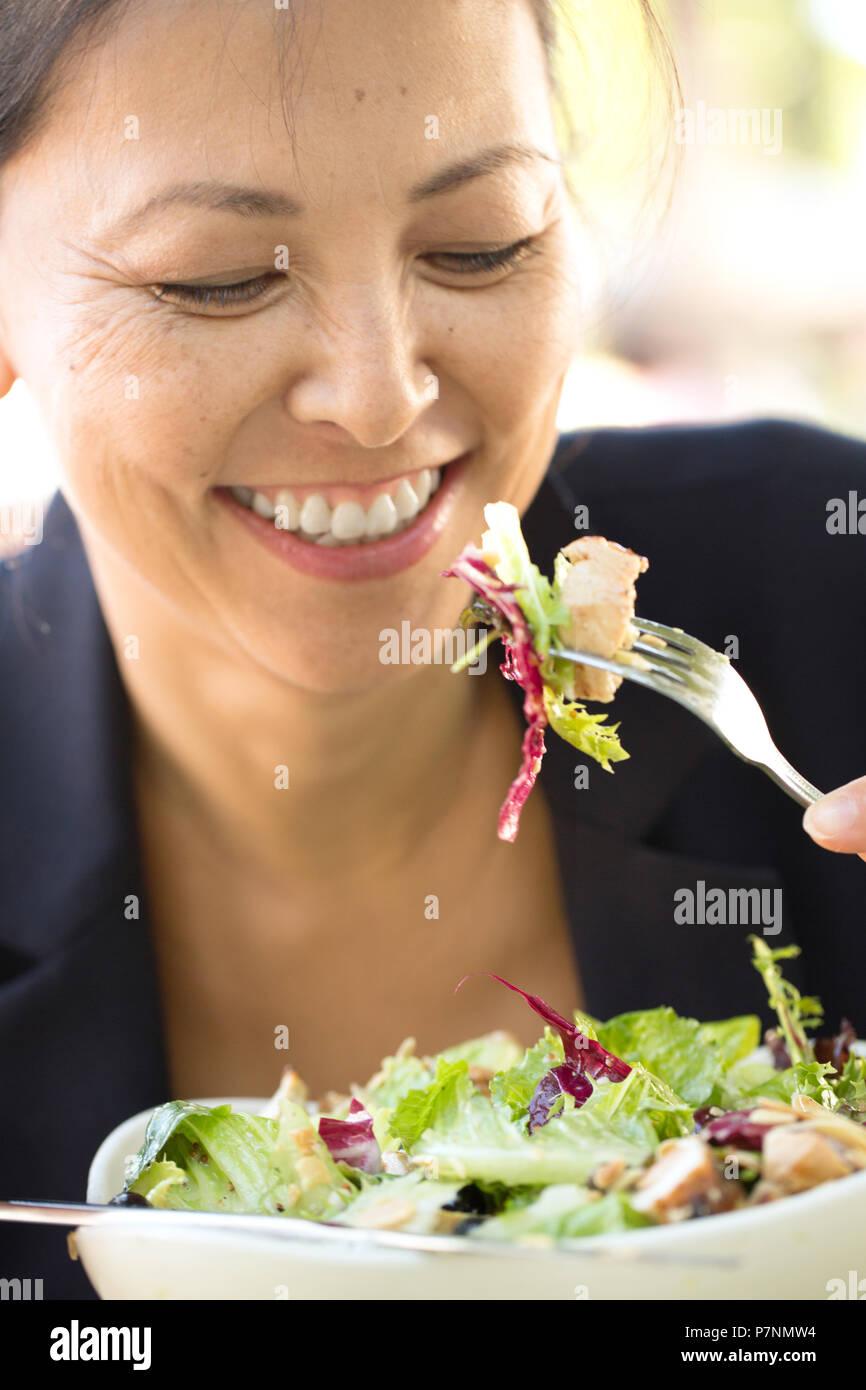 Wunderschöne reife Frau lächelnd. Stockbild
