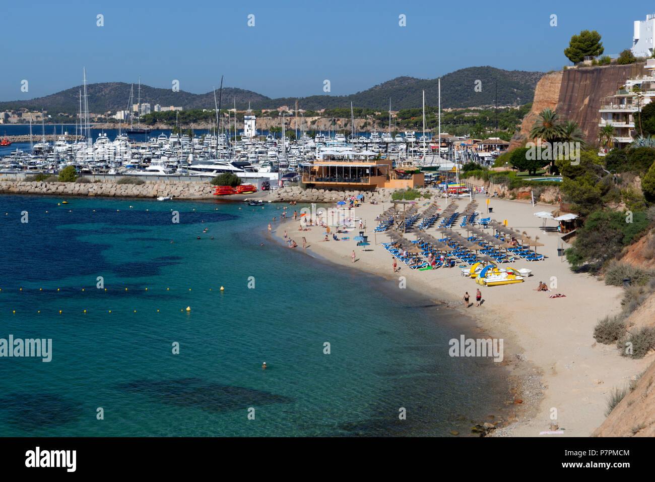 Blick auf den Strand und den Yachthafen von Portals Nous Stockbild