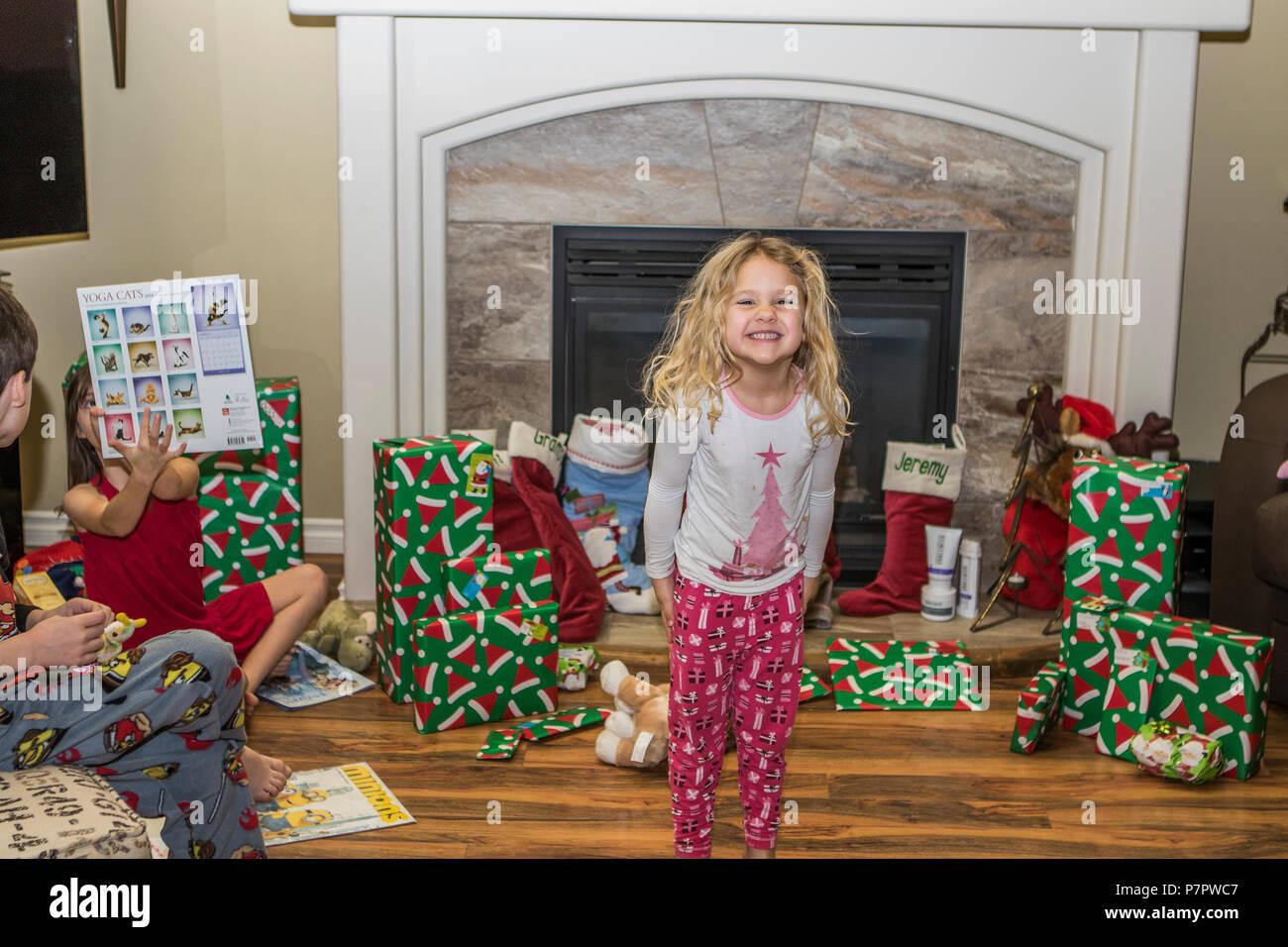 Hübsches, 3 Jahre alt, blonde Mädchen, glücklich und lächelnd durch ...