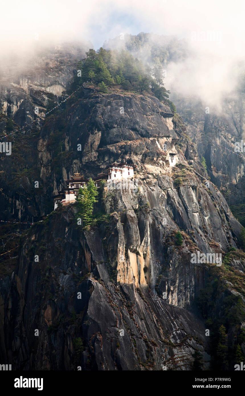 Paro Taktsang ist der populäre Name des Taktsang Kloster Palphug oder Tiger Nest außerhalb von Paro, Bhutan in den Vorbergen des Himalaya. Stockfoto