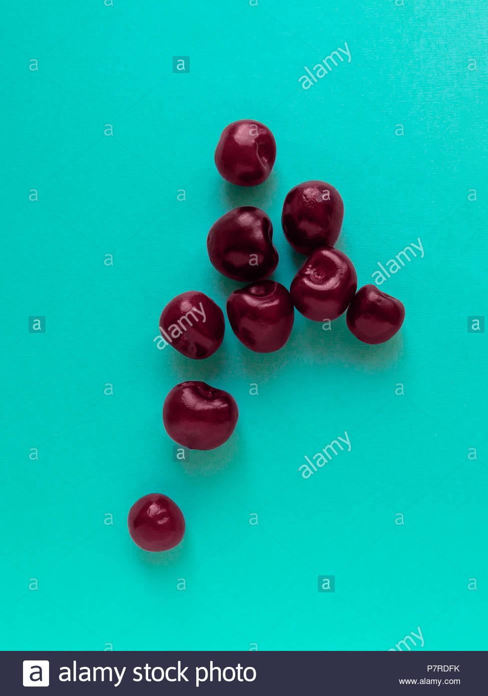 Cherry Draufsicht Viele reifen Kirschen auf blauem Hintergrund liegen flach Foto Stockbild