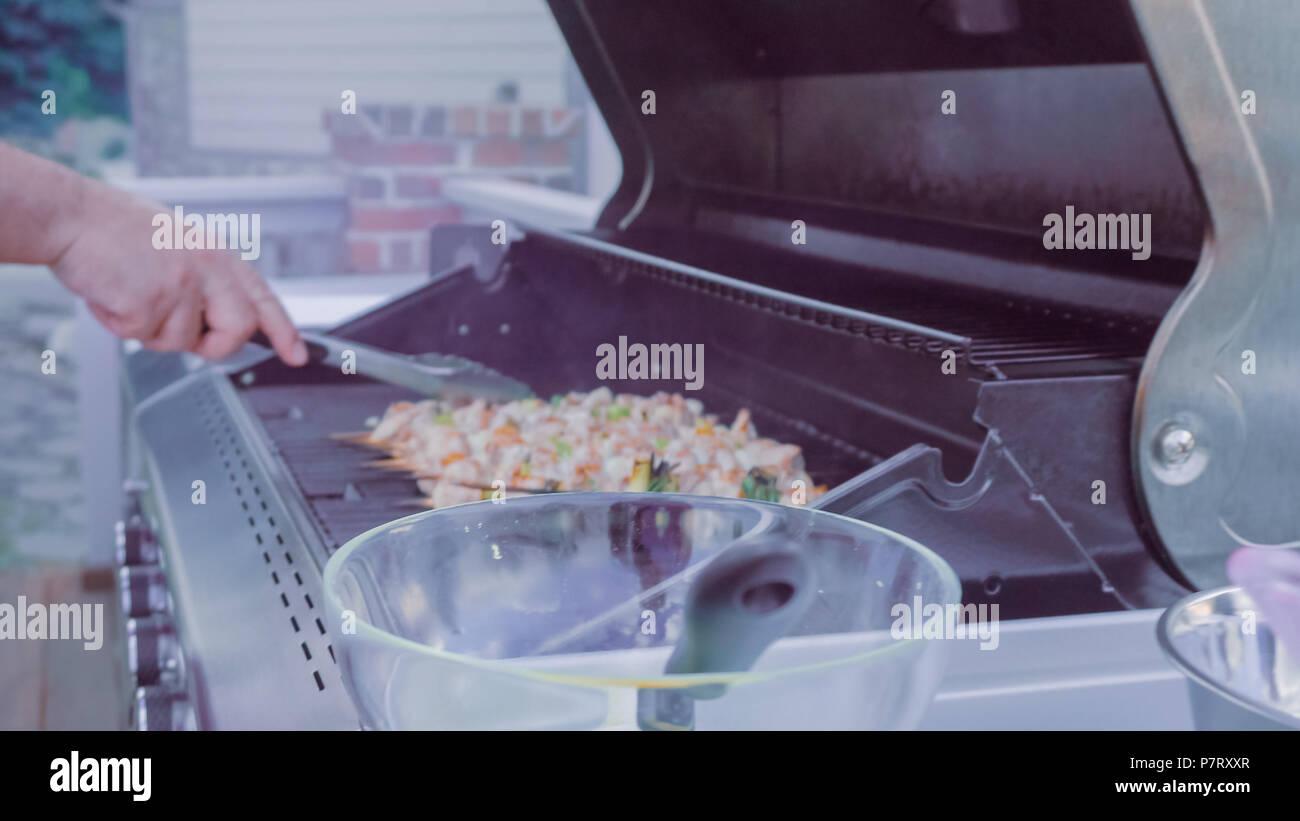 Chicken Gasgrill : Schritt für schritt. chicken yakitori auf weißem metall