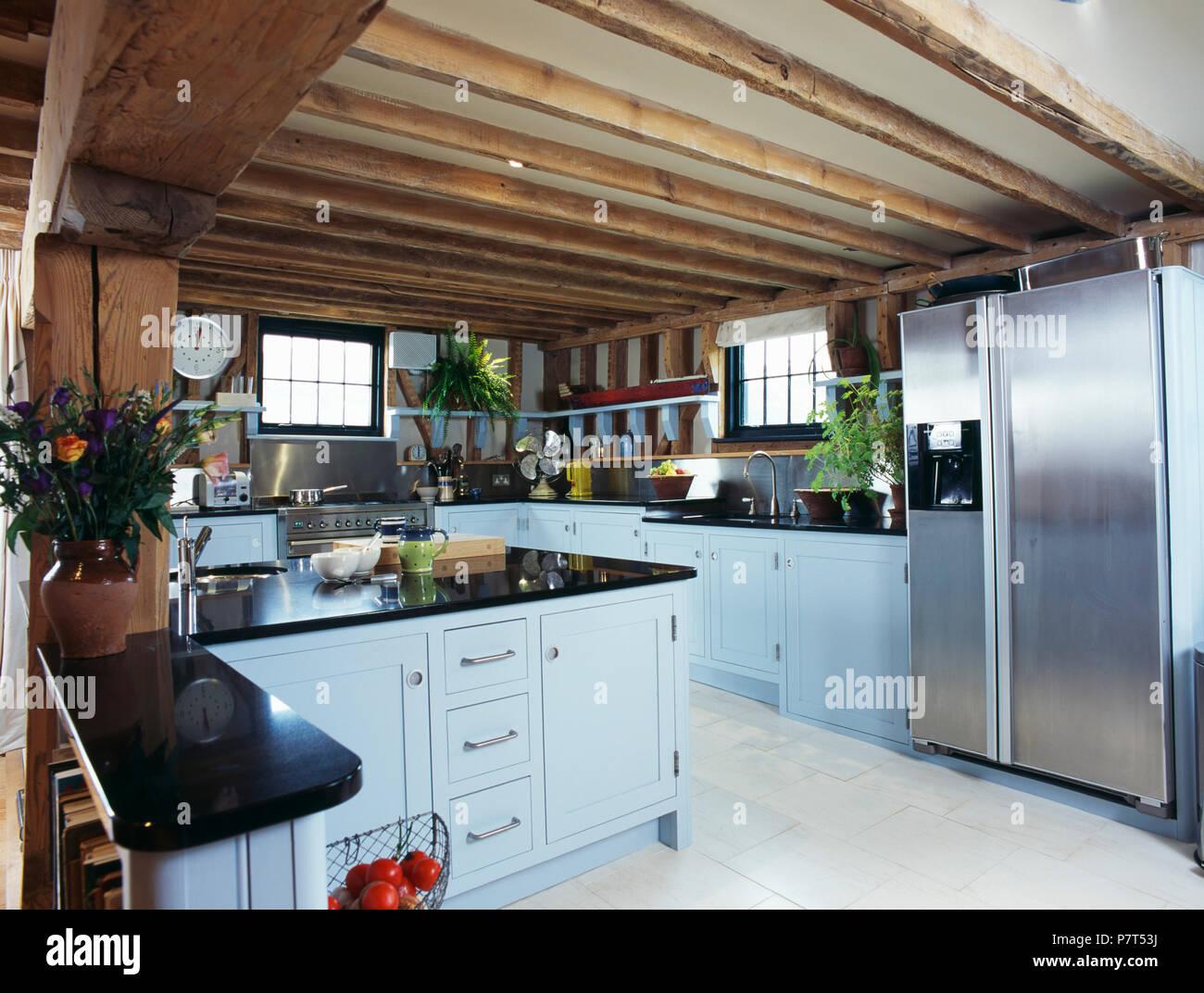 Edelstahl Amerikanischem Kühlschrank Mit Gefrierfach In Holzbalkendecken  Land Küche Mit Hellblauen Montierten Einheiten