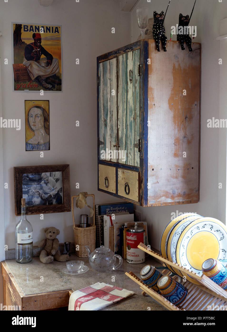 Rustikale Schrank Und Primitiven Bilder Oben Platte Rack Auf Der  Küchenarbeitsplatte Lackiert Stockbild