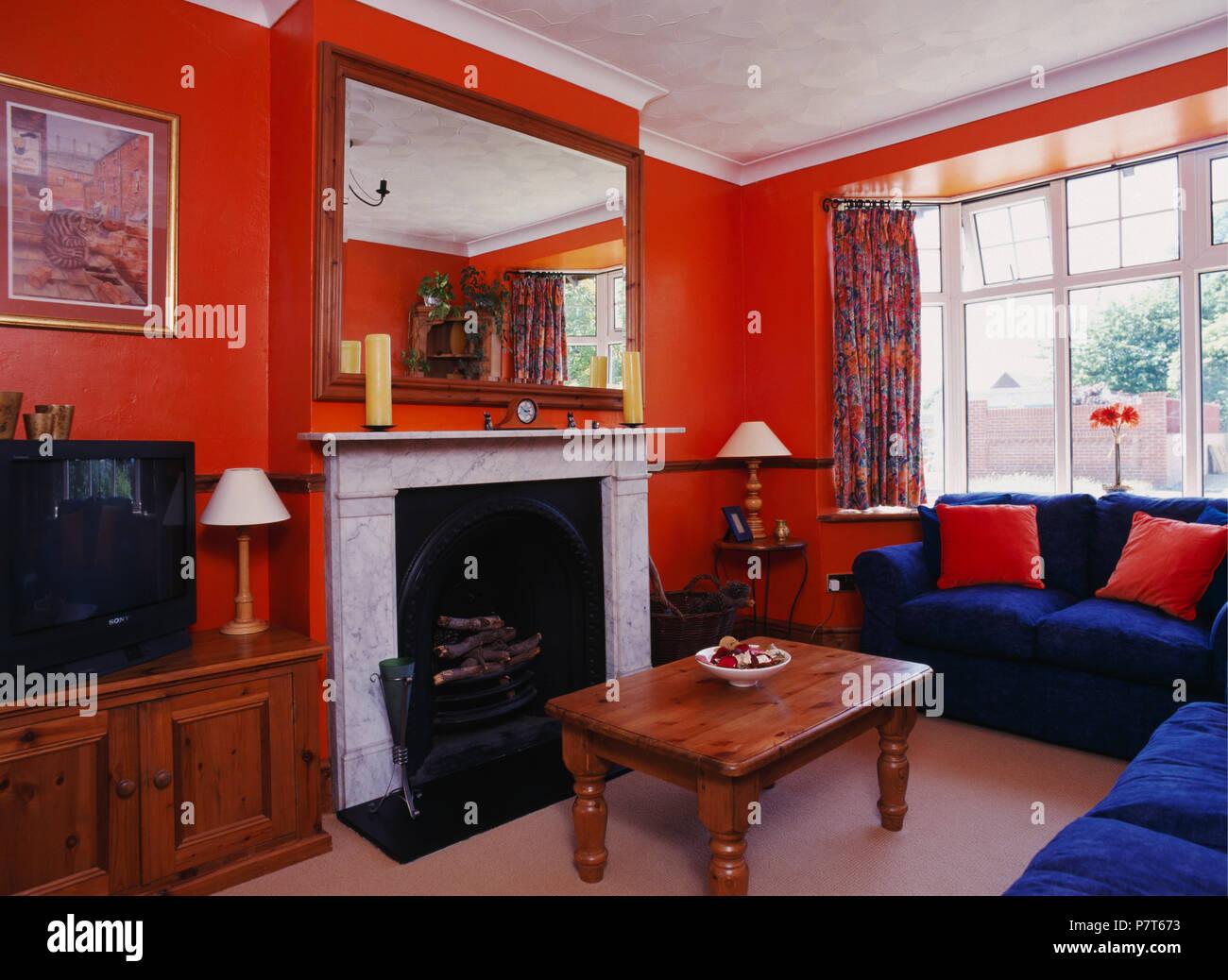 Hellen Blauen Sofas Und Kiefer Couchtisch Im 80er Orange Wohnzimmer