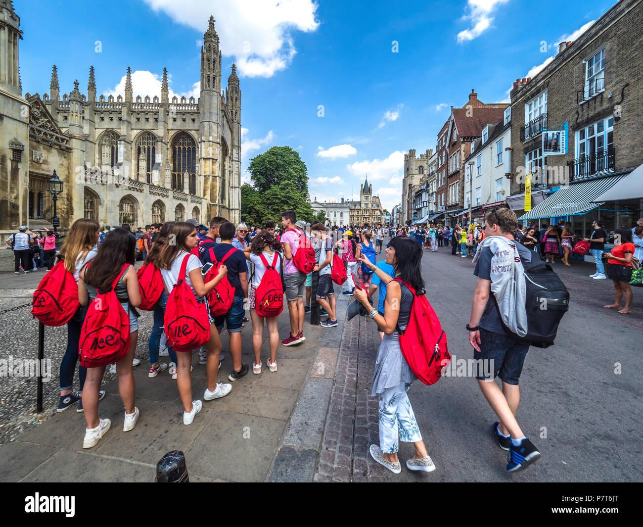Cambridge Tourismus - eine Schule Tour Gruppe im historischen Zentrum von Cambridge, in der Nähe von Kings College Chapel Stockbild