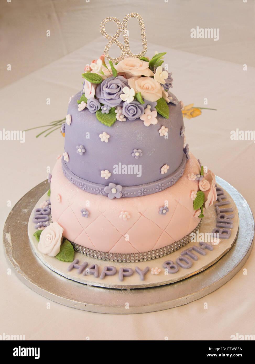 2 Tier eingerichtet 80. Geburtstag Kuchen Stockbild