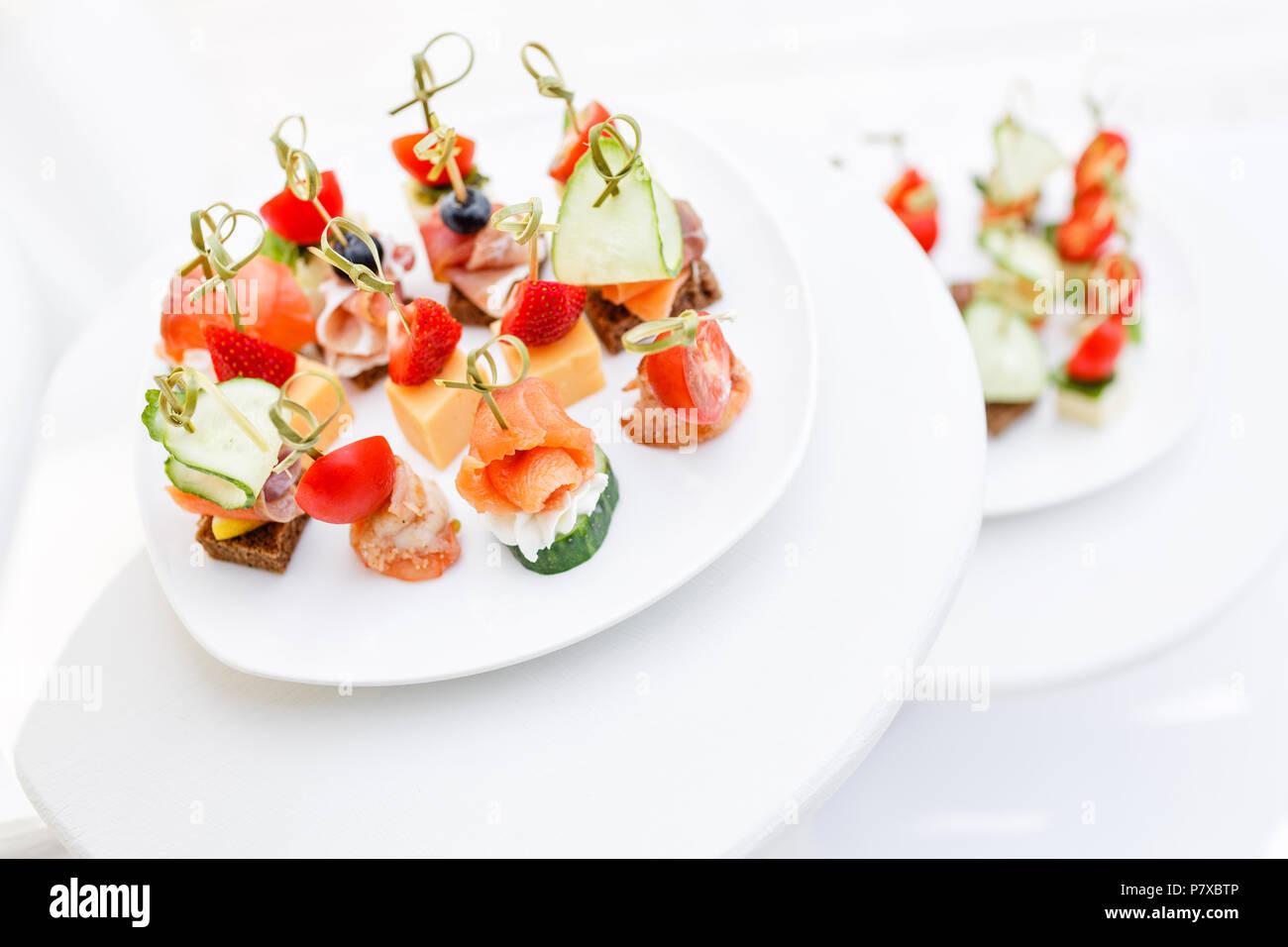 Sortiment von kanapees. Bankett Service im Restaurant. Catering Essen, Snacks auf weiße Platte Stockbild
