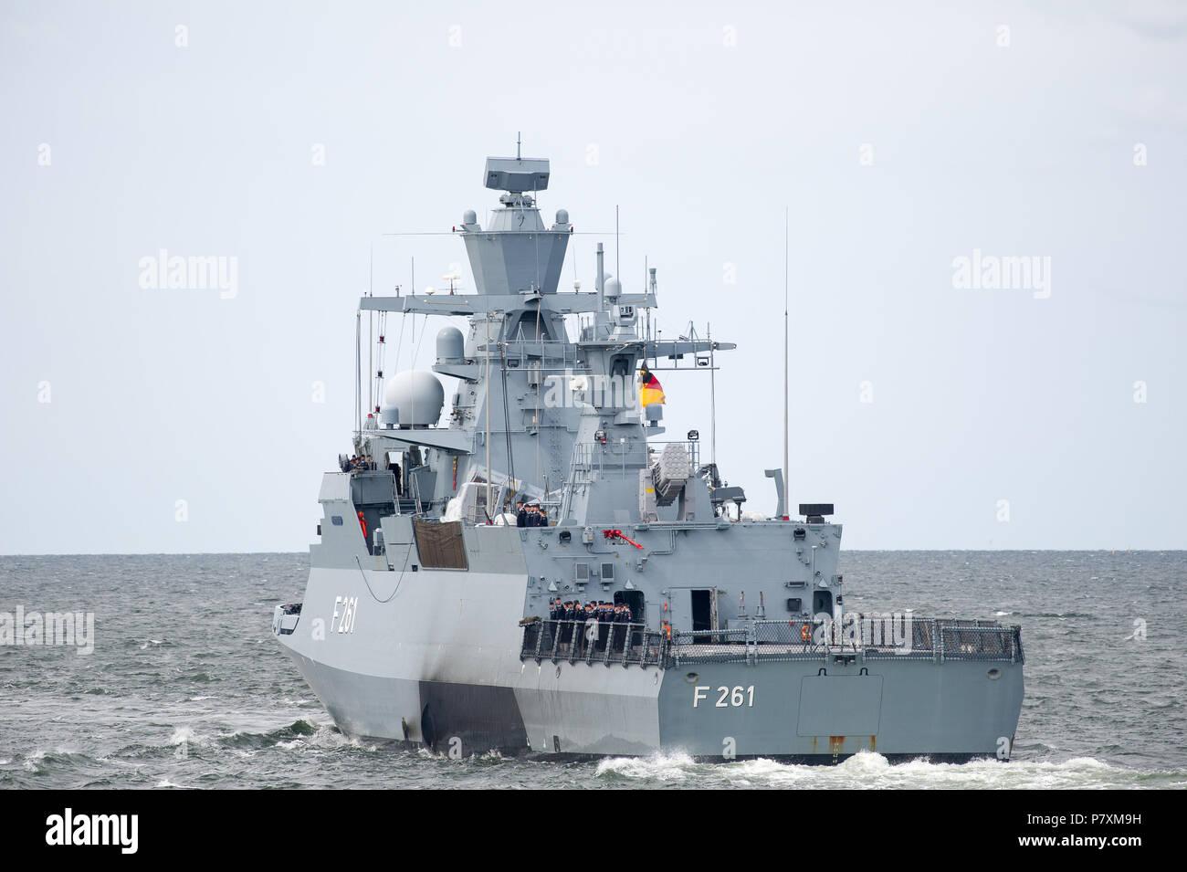 deutsche k130 klasse korvette braunschweig f 261 magdeburg w hrend der marine parade 100. Black Bedroom Furniture Sets. Home Design Ideas