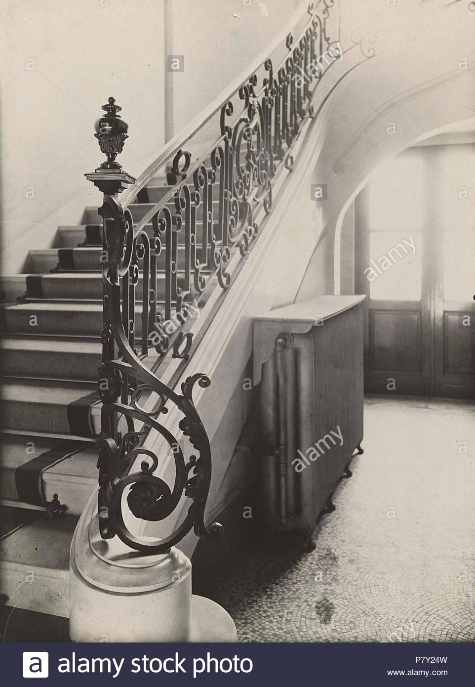Interieur mit Treppen, Anonym, C. 1900 - C. 1920 Stockfoto, Bild ...
