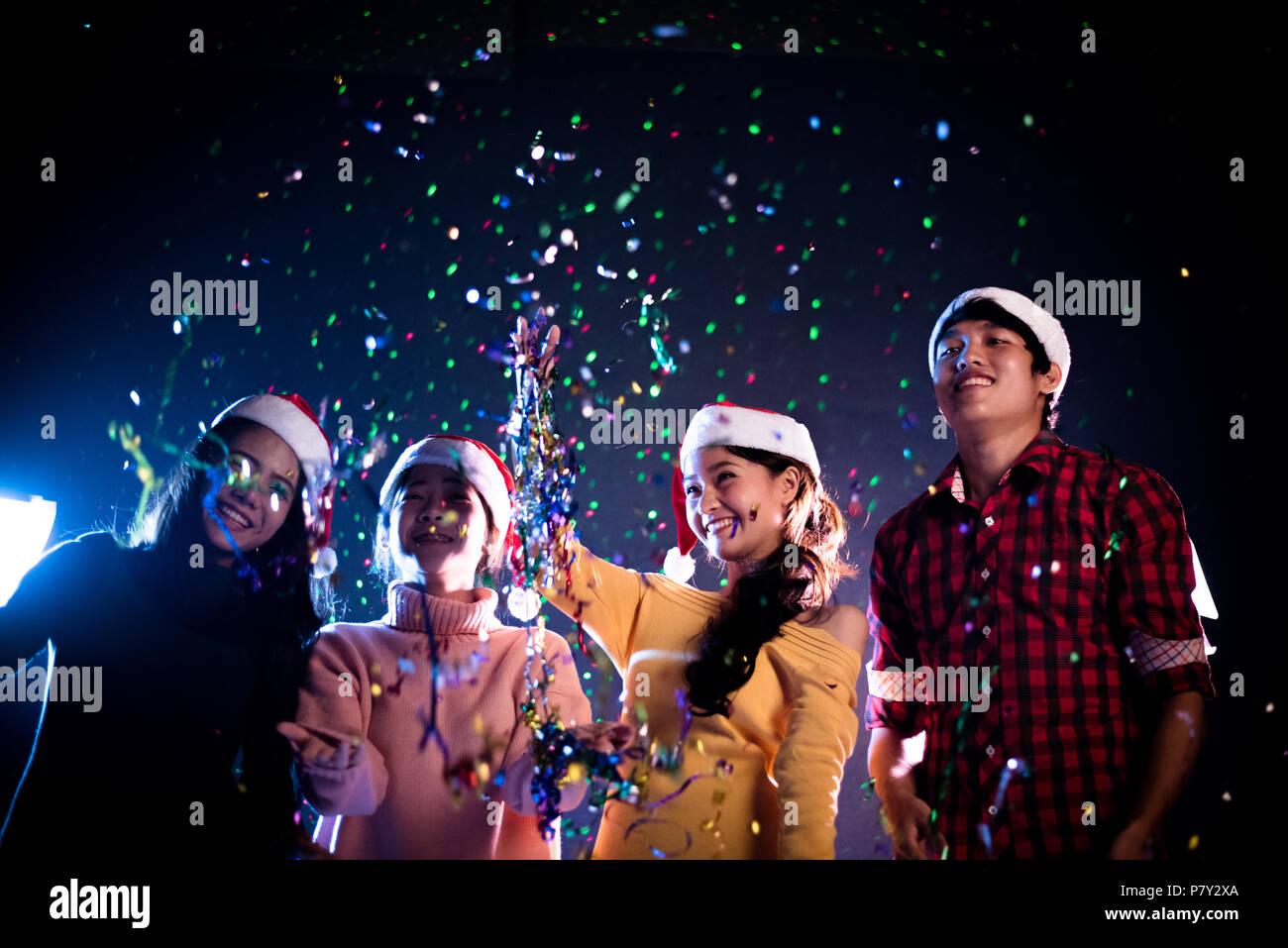 Weihnachtsfeier Unterhaltung.Gruppe Von Asiatischen Menschen Feiern Das Neue Jahr Party Im Night