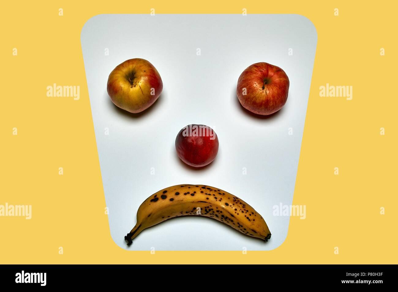 Minimalistische runde Obst Gesicht aus Apfel-, Pfirsich- und Banane Stockfoto