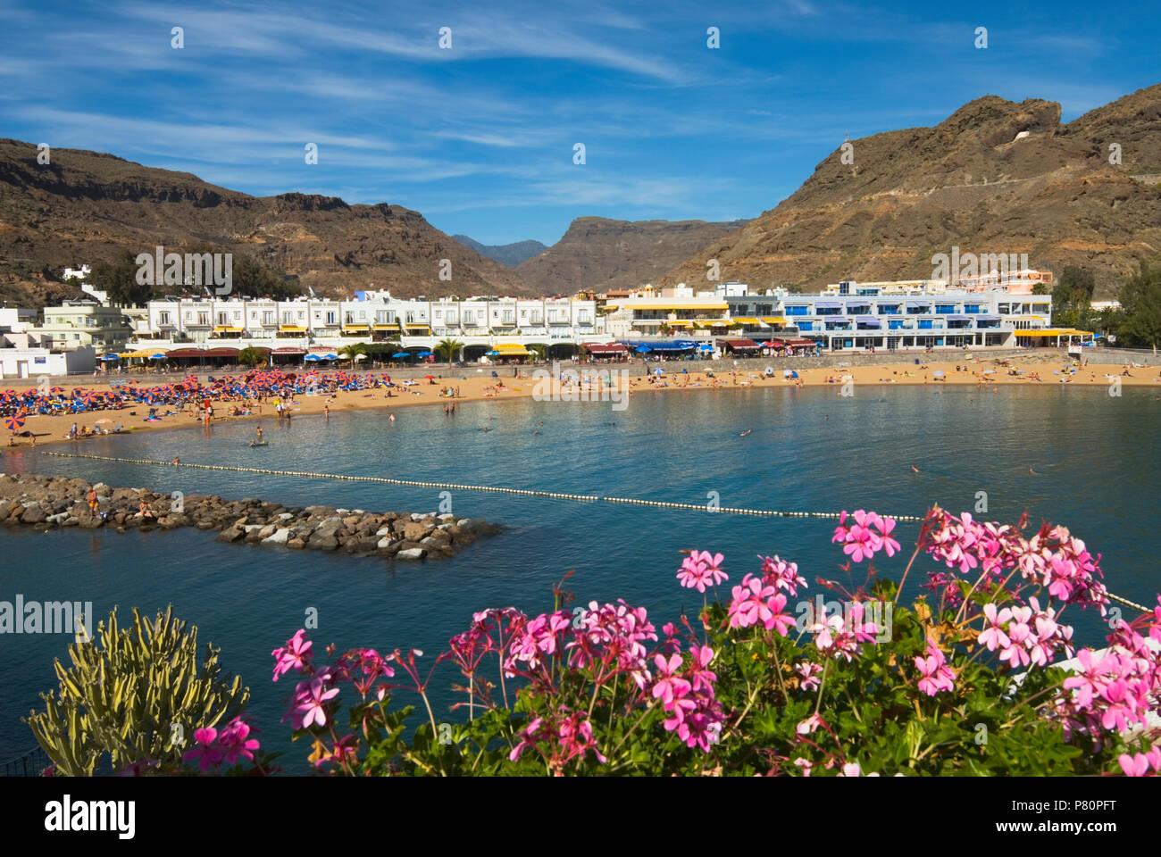 Strand und die Berge von Puerto de Mogan Stockbild
