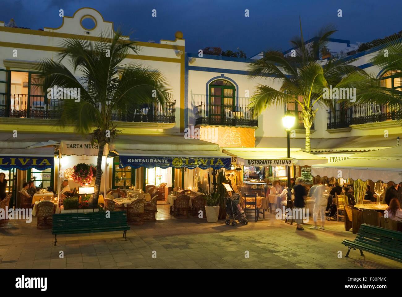 Restaurants in Abend in Puerto de Mogan Stockbild