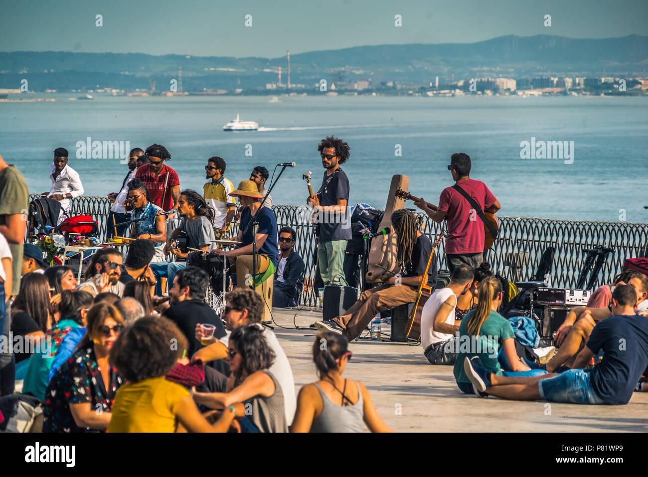 Lissabon, Portugal, Musiker und Publikum am Miradouro de Santa Catarina Stockbild
