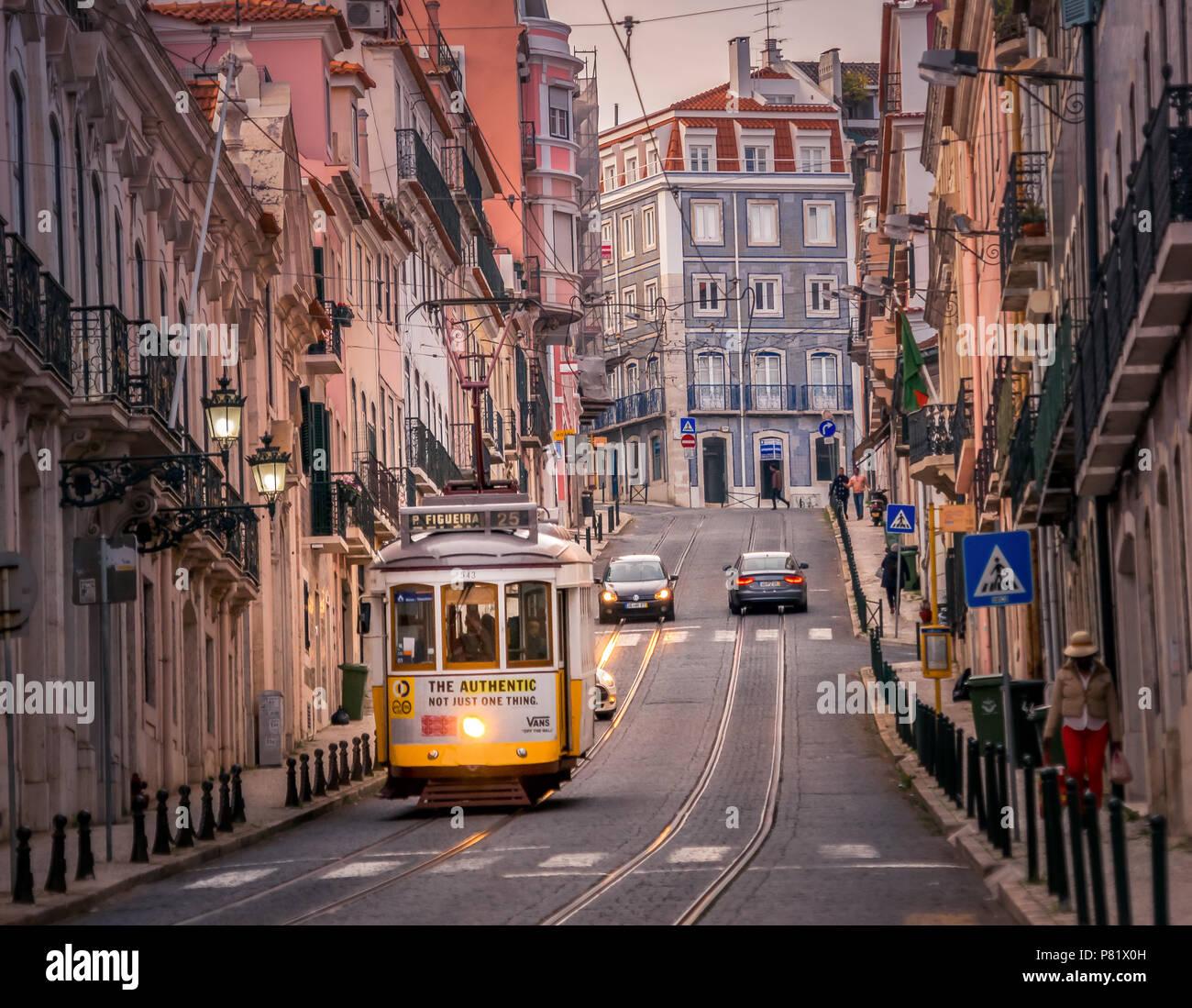 Lissabon, Portugal, berühmten Straßenbahn in der Lapa Bereich Stockbild