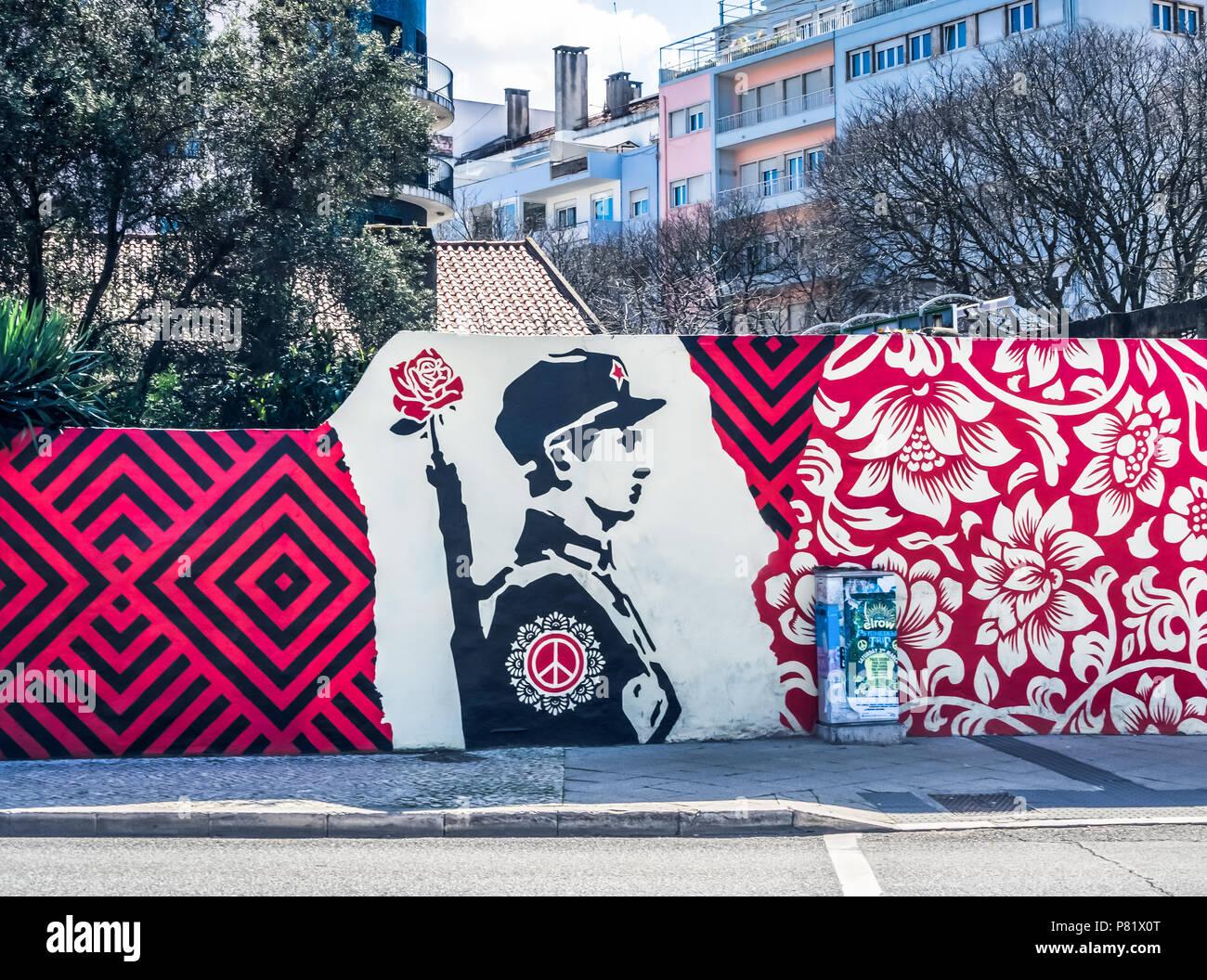 Lissabon, Portugal, Wandgemälde der portugiesischen Nelkenrevolution von 1974 zu gedenken. Stockbild