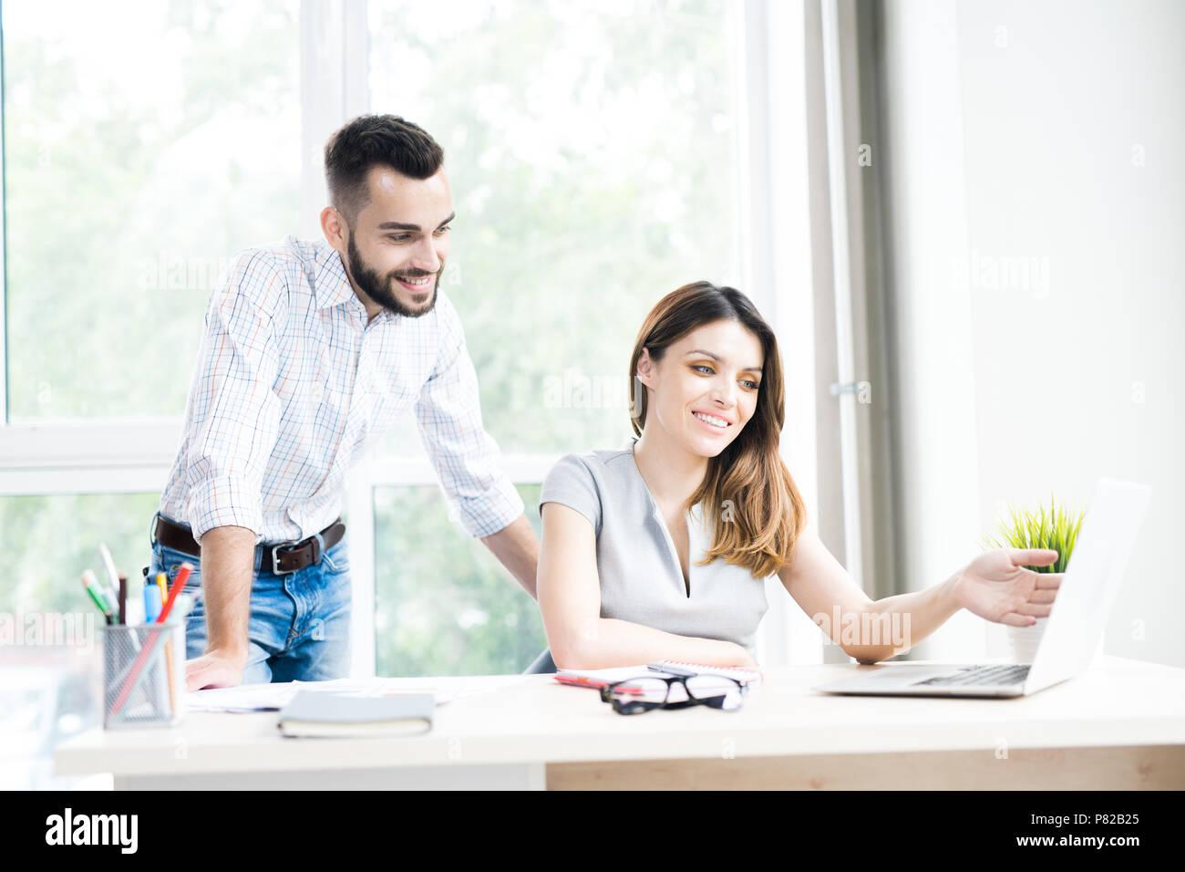 Zwei moderne Geschäftsleute im Büro Stockbild