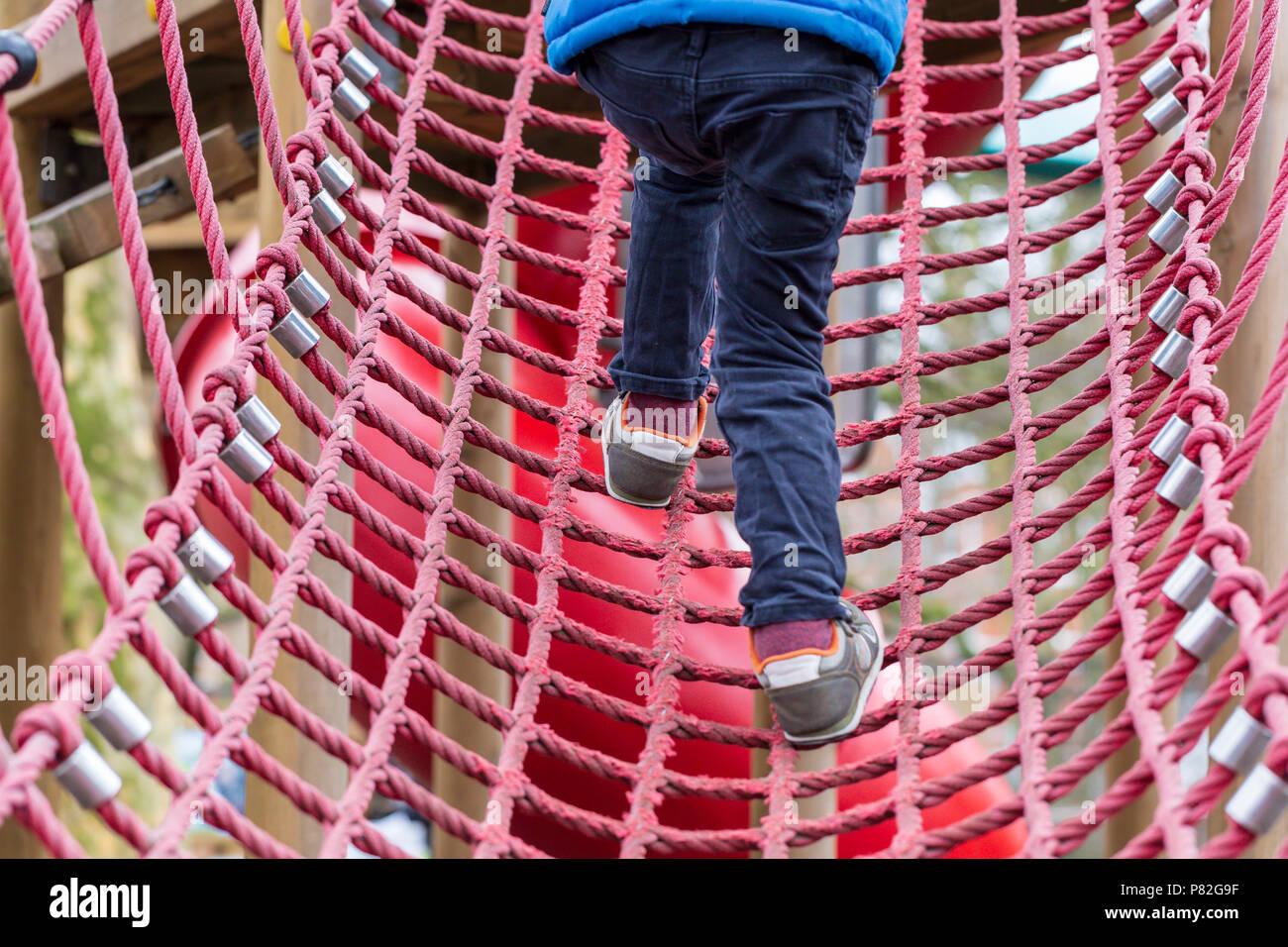 Klettergerüst Wohnzimmer : Junge kind spielen auf einem seil klettergerüst in battersea park