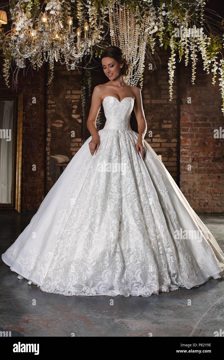 Porträt einer wunderschönen Braut. Spitzenkleid. Hochzeit Frisur