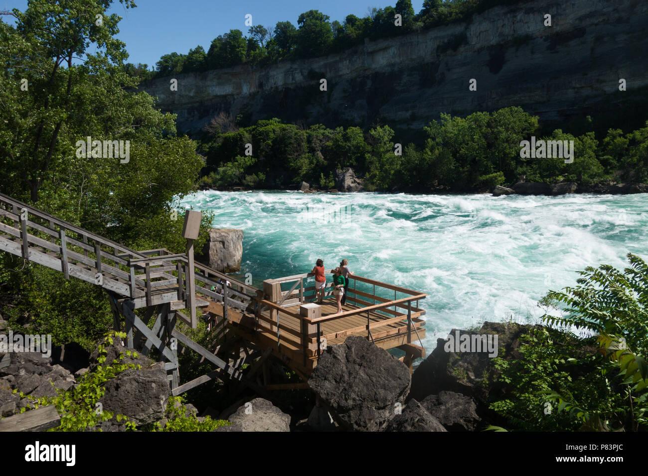 Der Niagara River Klasse 6 Wildwasser Stromschnellen, wie vom Weißen Wasser gesehen zu Fuß Attraktion in der Niagara Schlucht am Niagara Falls, Ontario, Kanada Stockbild