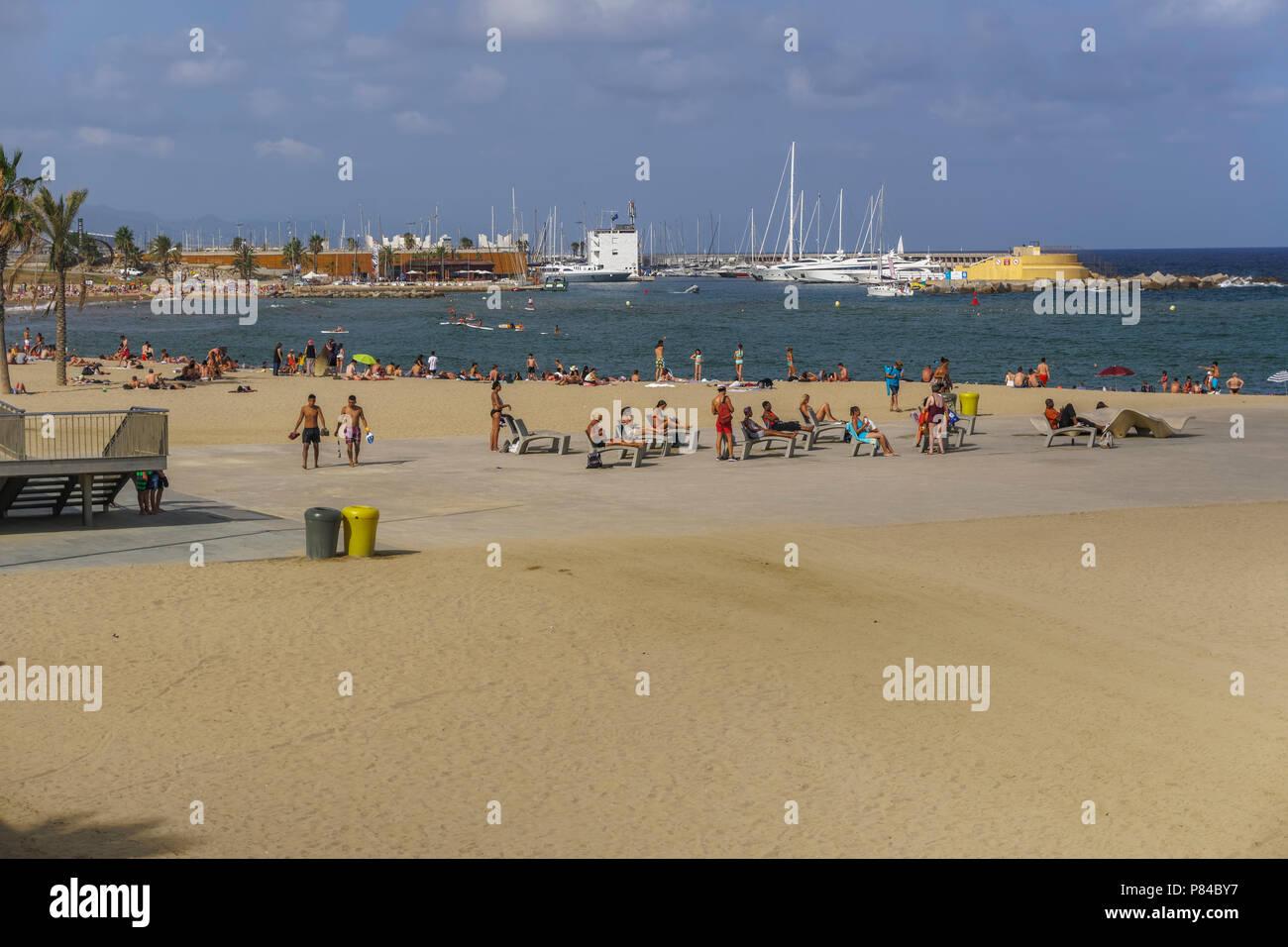 Barcelona Spanien Strand Mit Masse In Katalonien Sonnenanbeter Auf