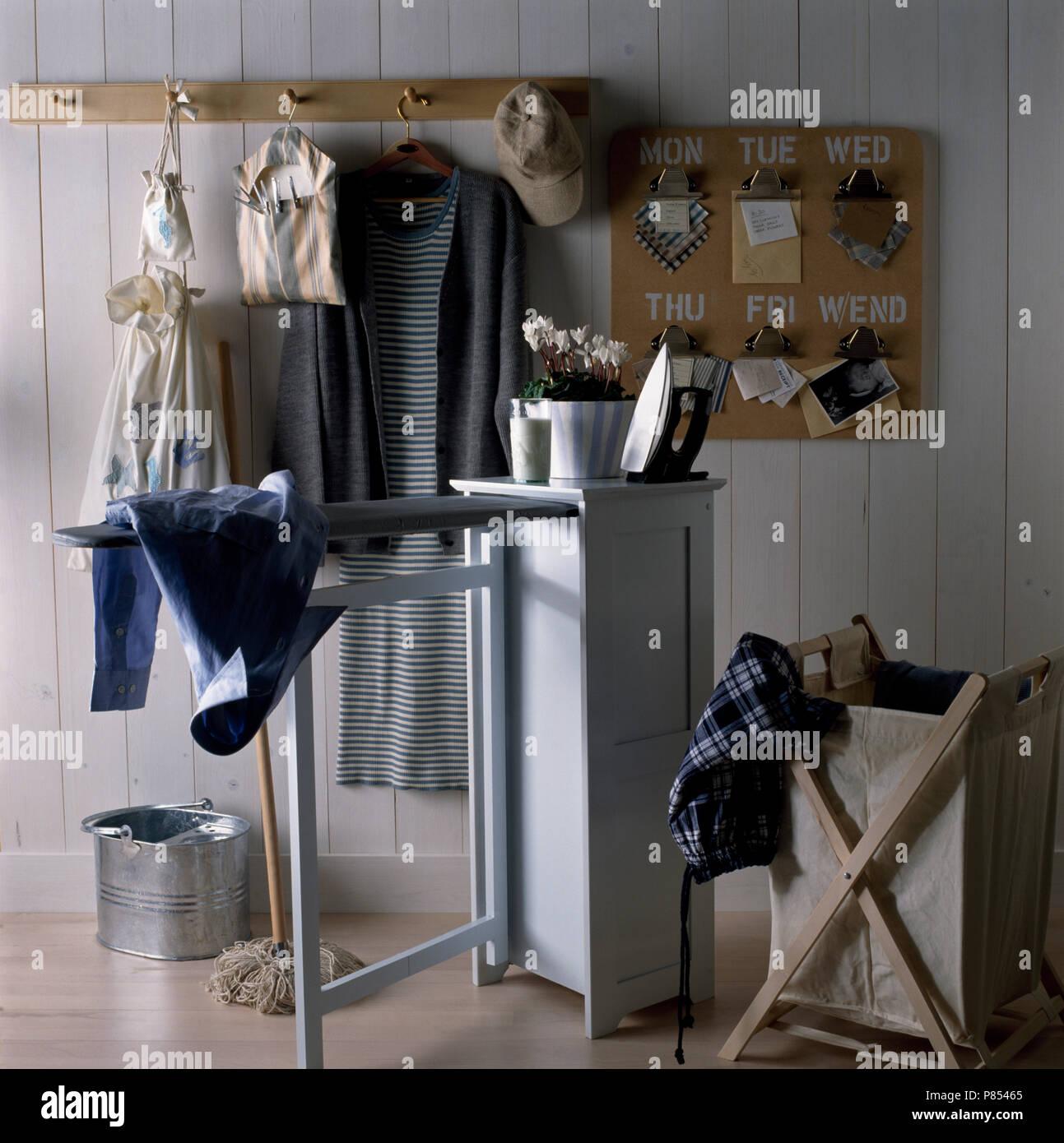 Bügeleisen Auf Einen Schrank Mit Einem Ausziehbaren Bügelbrett In Einer  Wirtschaft, Hauswirtschaftsraum Mit Waschmaschine Bin Und Eine Peg Board  Mit ...
