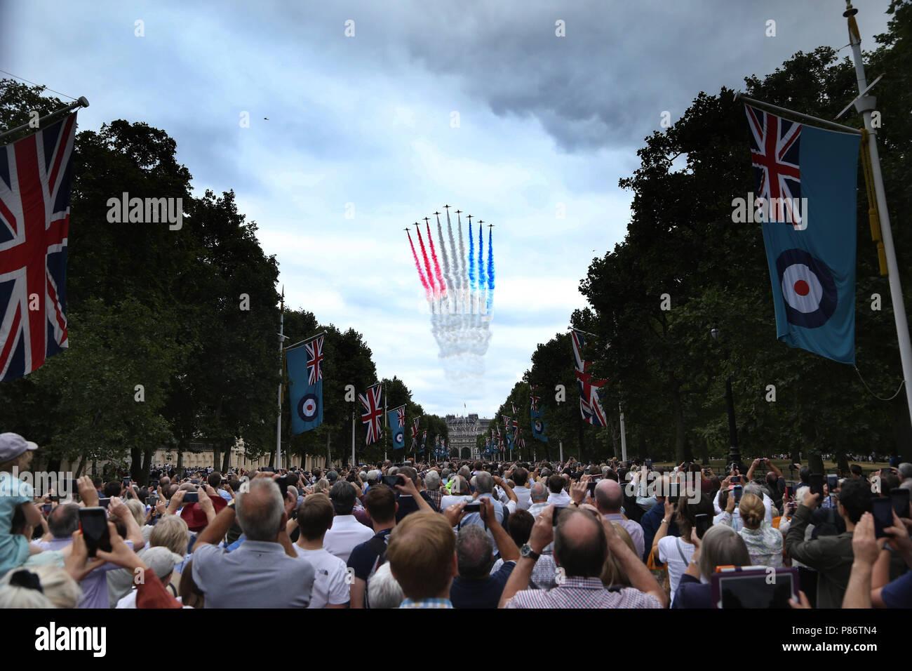 London, Großbritannien. 10. Juli 2018. Die roten Pfeile während einer spektakulären flypast oberhalb der Mall in London, und ist das Herzstück der 100. Jahrestag der Royal Air Force. RAF 100-jähriges Jubiläum feiern, London, am 10. Juli 2018. Credit: Paul Marriott/Alamy leben Nachrichten Stockfoto