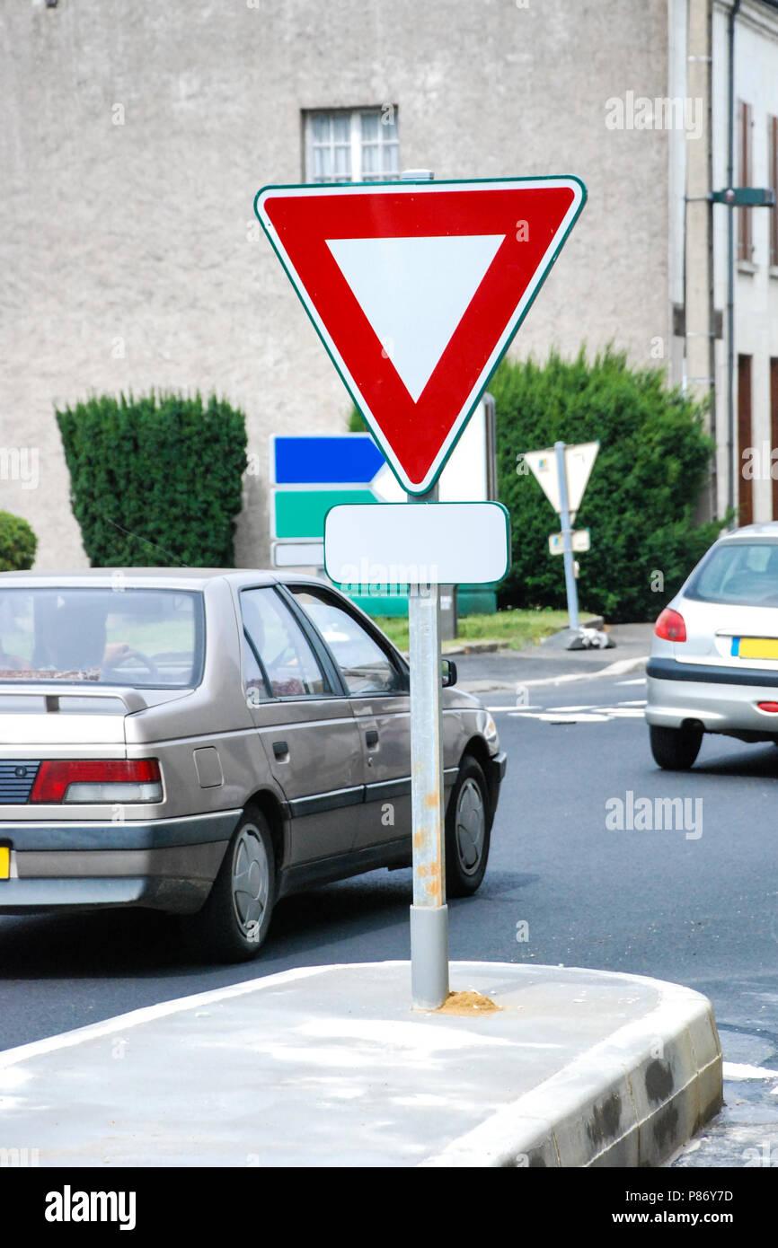 Ertrag Zeichen auf der Straße Stockbild