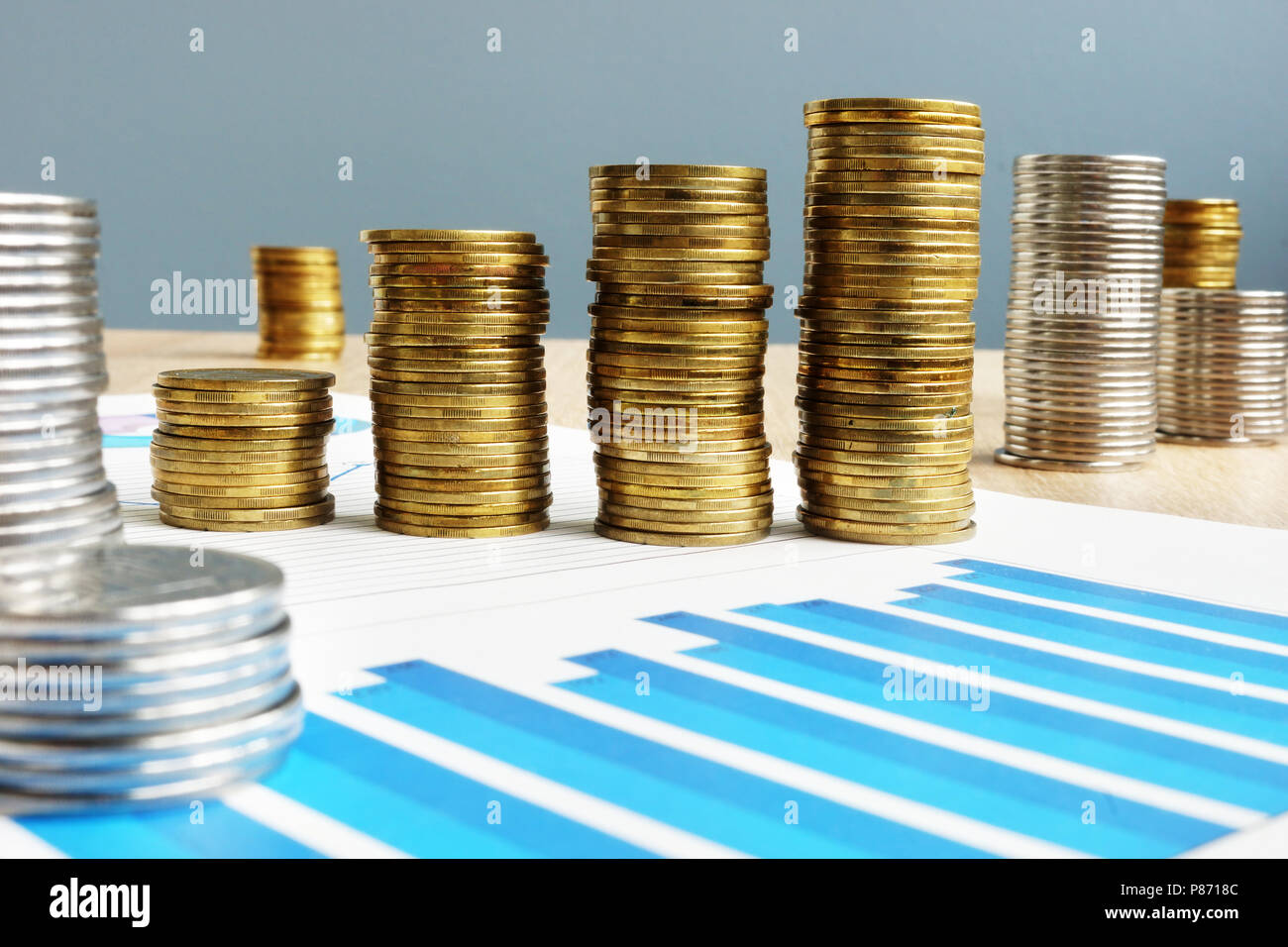 Den geschäftlichen Erfolg. Gewinn. Stapel von Münzen und finanziellen Plan. Stockbild