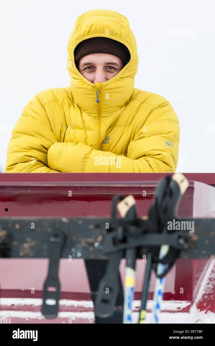 2508a555773891 Winterjacke von Jack Wolfskin. HH1JG0 (RM). Mann verstecken von Kalt in  Jacke im Yellowstone National Park Stockbild