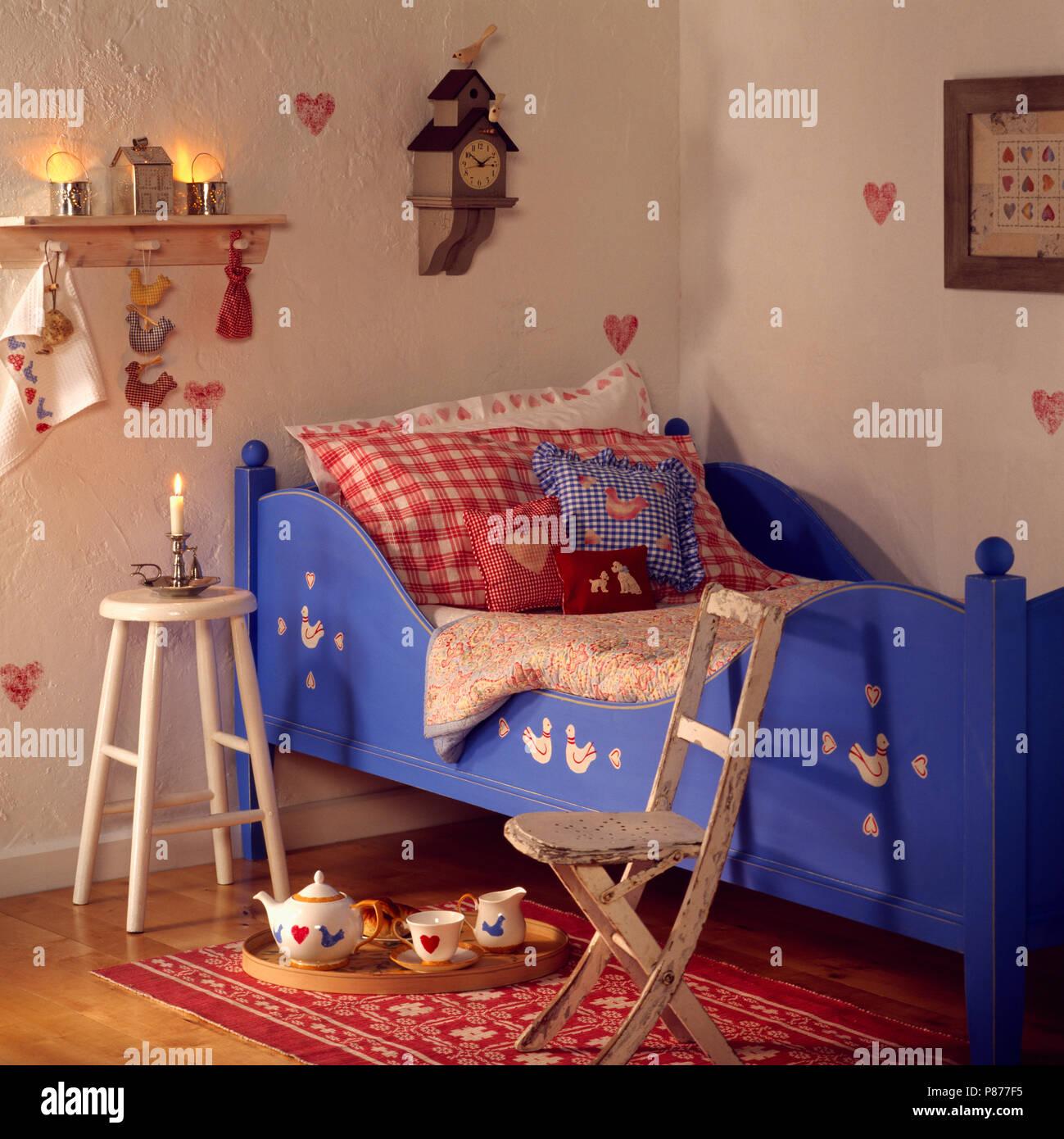 Rot Und Blau Geprüft Kissen Auf Blue Kind Gemalt Schlittenbett In Shaker    Schlafzimmer Mit Hölzernen Hocker Und Stuhl