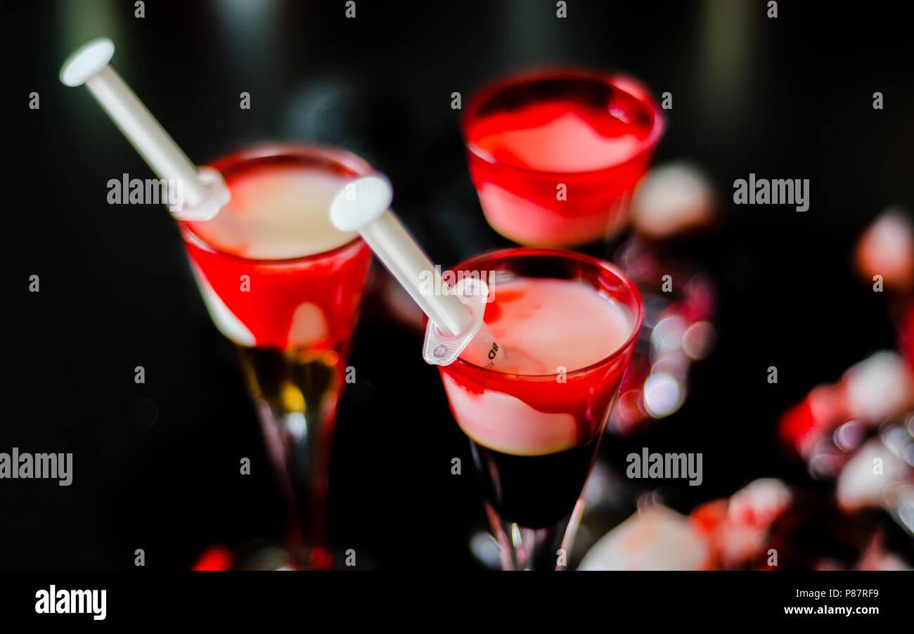 Gruselige halloween party Cocktails mit Blut, Spinnen und Eiswürfel, Getränke in der Partei Stockbild