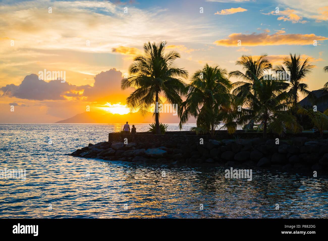 Silhouette von Palmen und Sonnenuntergang in Tahiti. Stockbild