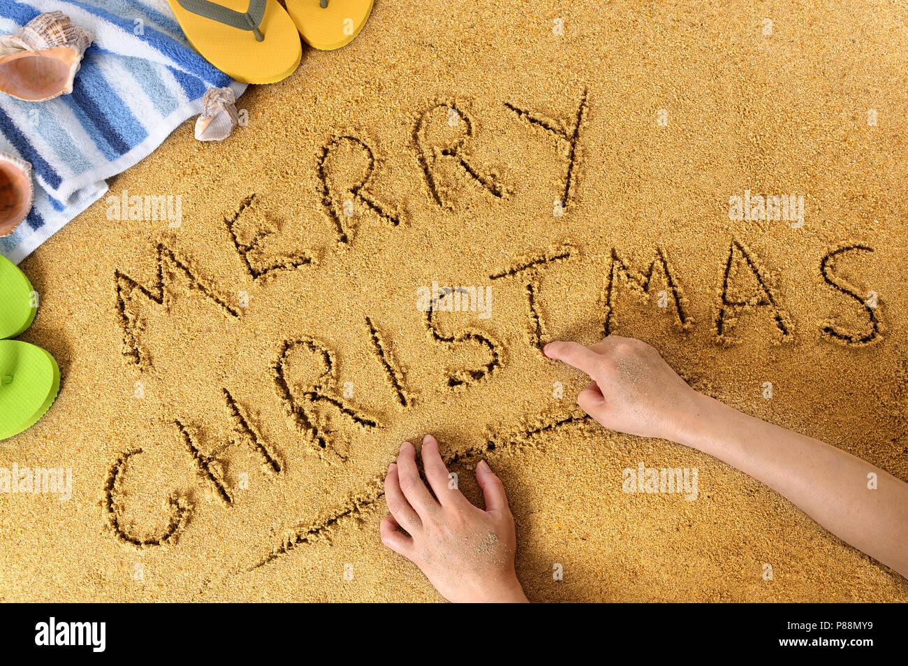 Frohe Weihnachten Nachricht in Sand geschrieben auf einem sonnigen ...