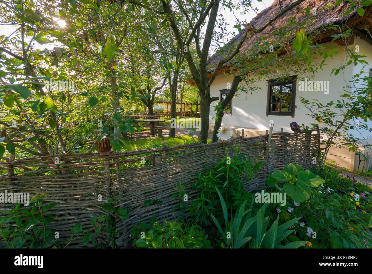 Ein Wicker Zaun Im Garten In Der Nahe Des Hauses Traditionellen