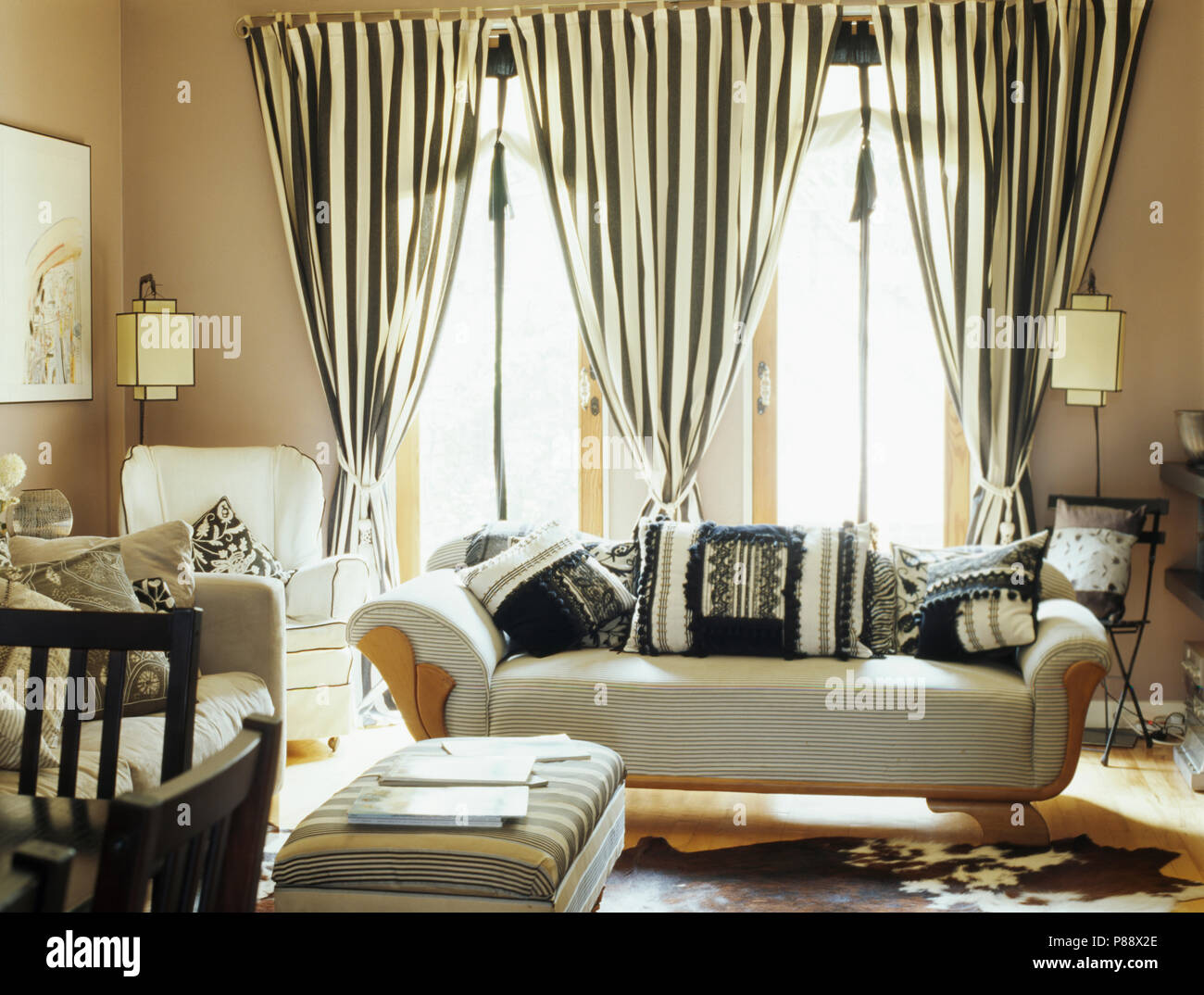 Schwarz-weiß gestreifte Vorhänge auf Glas Türen hinter weißen Sofa ...