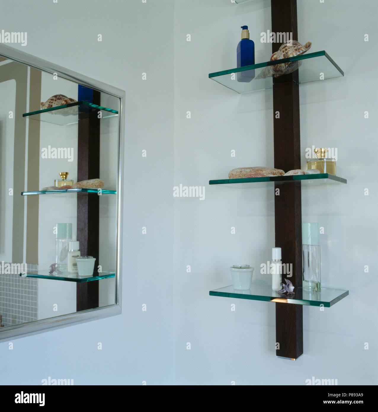 Spiegel und Glas Regale in der modernen Badezimmer Stockfoto, Bild ...