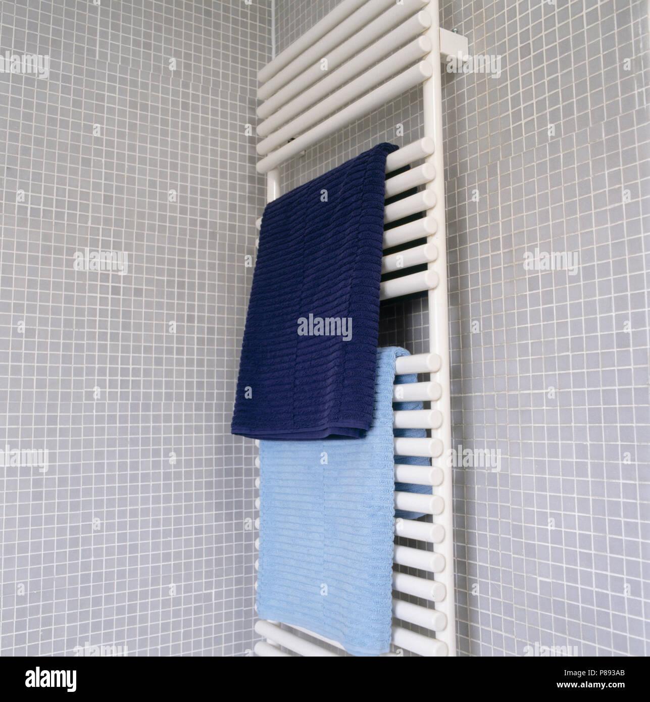 Blau Handtücher auf weißen beheizten Handtuchhalter auf grau ...