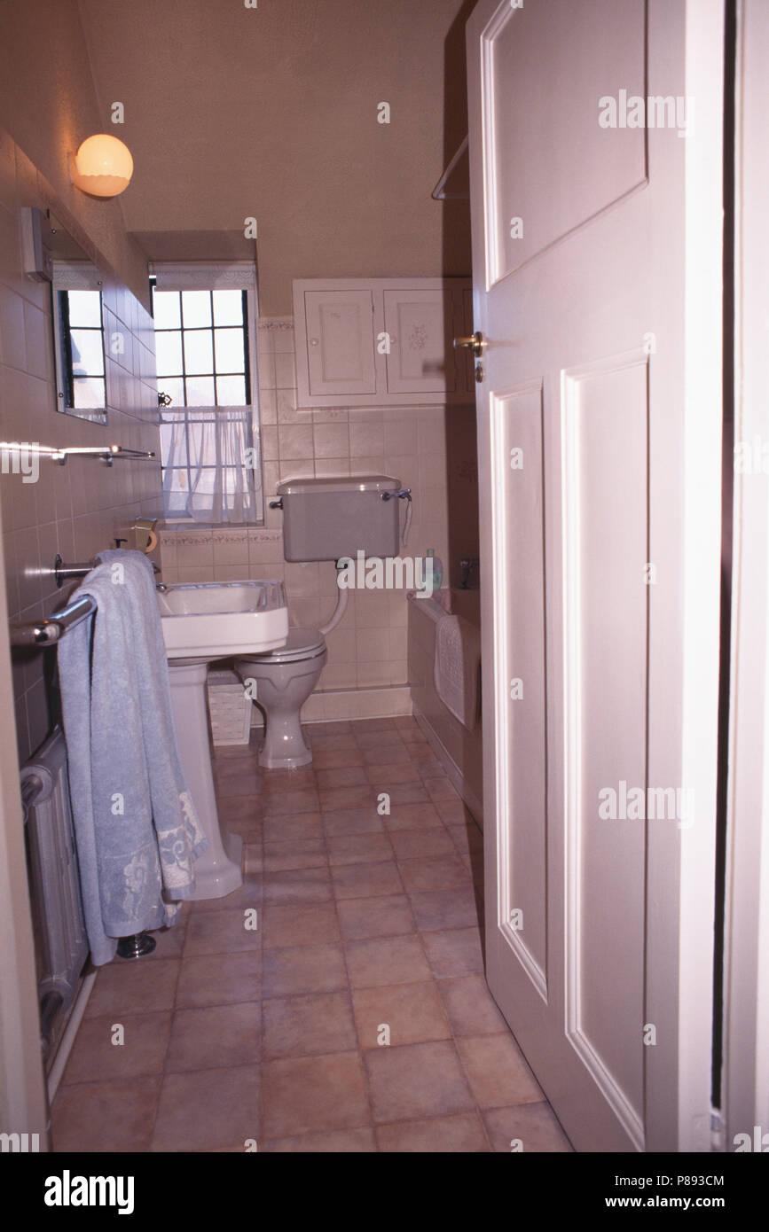 Beau Tür öffnen Weißes Badezimmer Vor Der Sanierung Zu Schmal